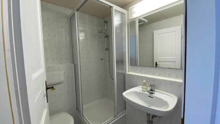 Badezimmer mit Dusche im Hotel T. Strobel Garni in Maisach